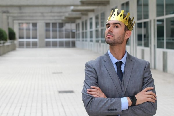 Человек с короной на голове